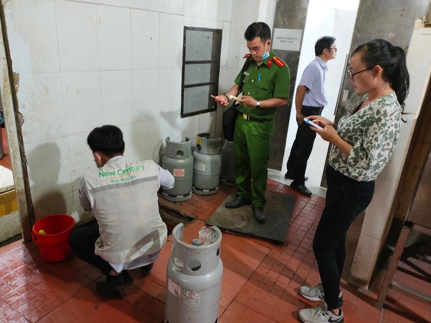 Thế Kỷ Mới lấy mẫu với Đội Cảnh sát Kinh tế Huyện Hóc Môn