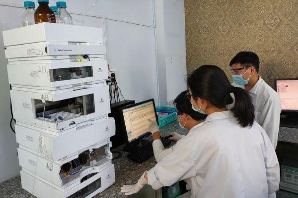 Phân tích mẫu bằng máy HPLC